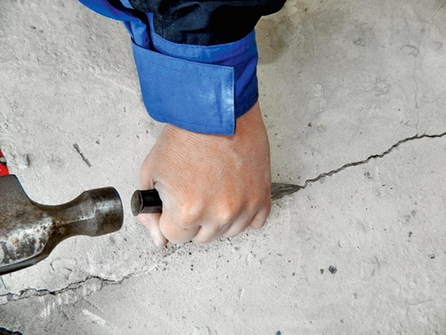 Расширение узких трещин с помощью зубила и молотка.