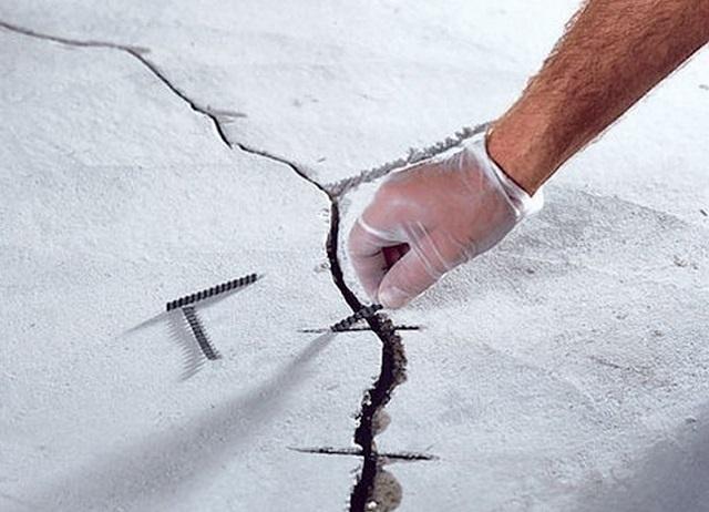 Укладка отрезков арматуры в подготовленные «гнезда» по ходу широкой трещины.