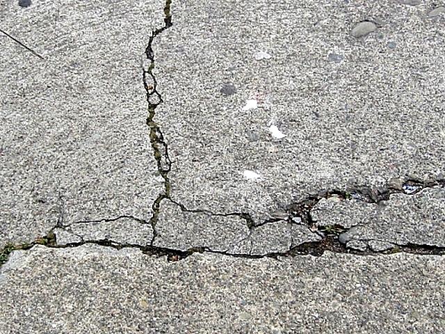 Типичное, но еще на самое страшное повреждение бетонной стяжки – появление сети трещин.
