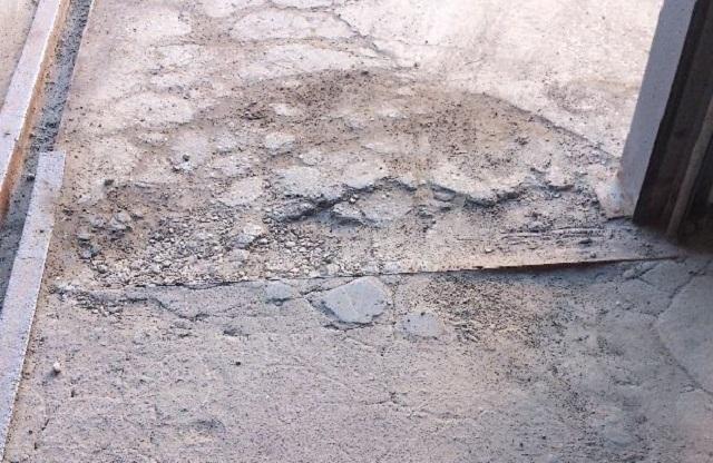 Сильно поврежденная бетонная стяжка с отслоением от плиты перекрытия – такую «красоту» проще будет заменить полностью.