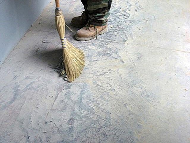 Очистка бетонного основания: веником — это на самый крайний случай, или только для уборки крупного мусора. Лучше всего использовать мощный пылесос.