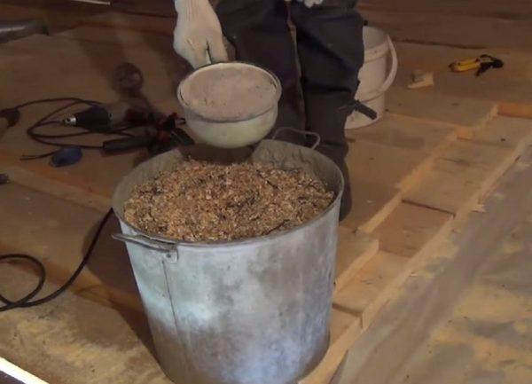 Часто опилки смешивают с глиной