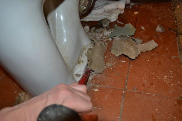 Демонтировать унитаз без повреждений будет сложно