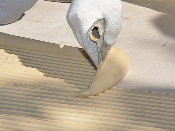 Клей наносится зубчатым шпателем