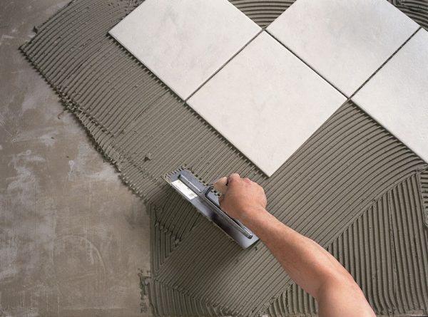 Не всегда, но в целом, можно выравнивать поверхности клеем для плитки