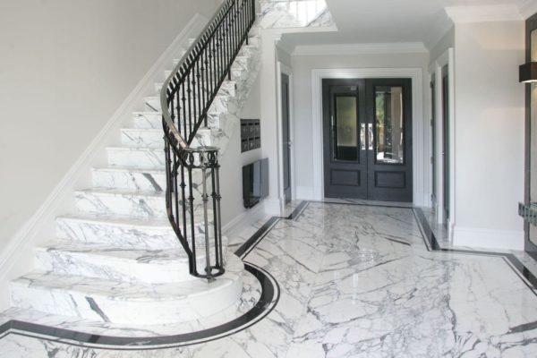 Пол и лестница на второй этаж из камня