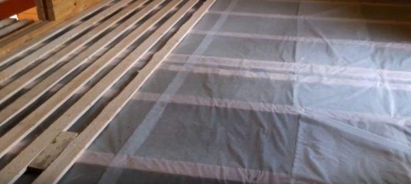 Пол зашивается доской