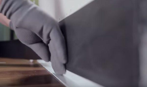 Приклеивается теплоизоляционная лента