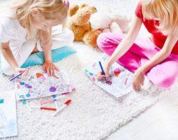 Светлое ковровое покрытие — не лучший вариант, если в доме есть ребенок