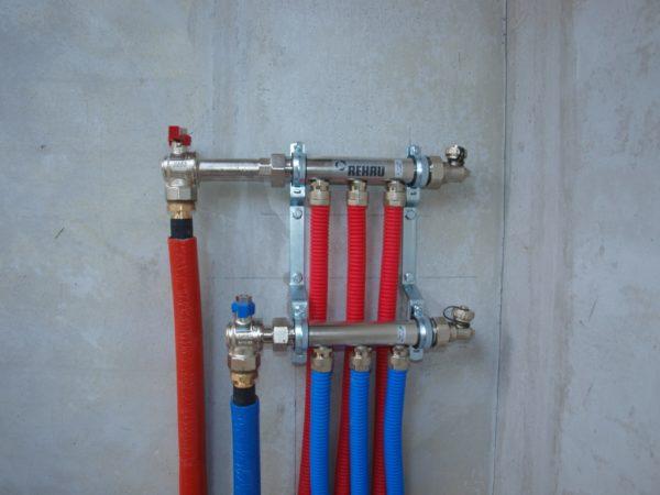 Трубопроводы подключаются к коллектору