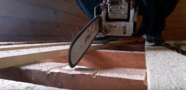 Вырезаются пропилы в балке