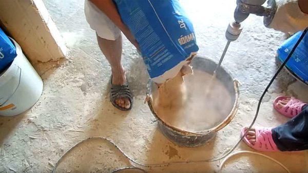 Замешивание смеси для наливного пола